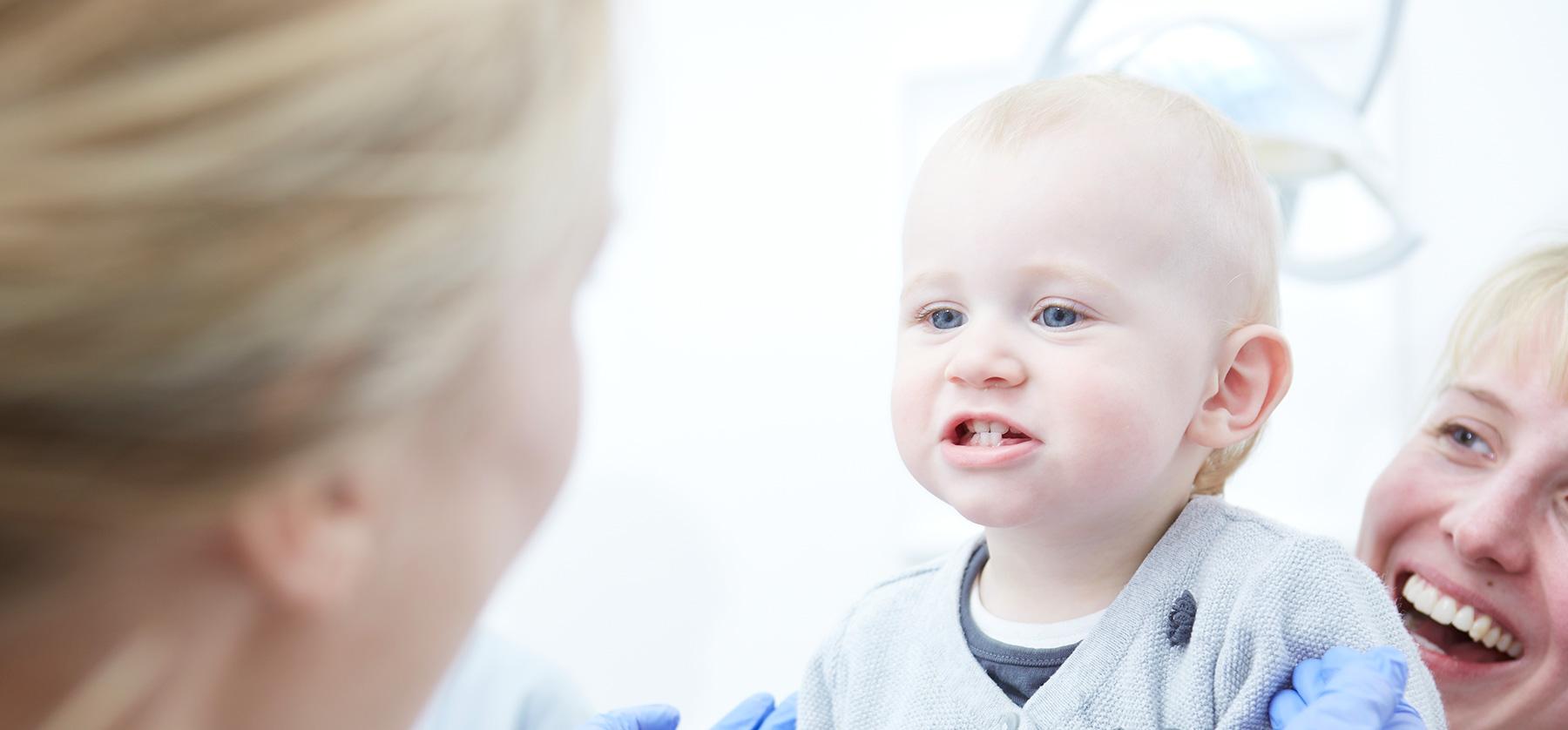 Kinder der erste Besuch Zahnarzt